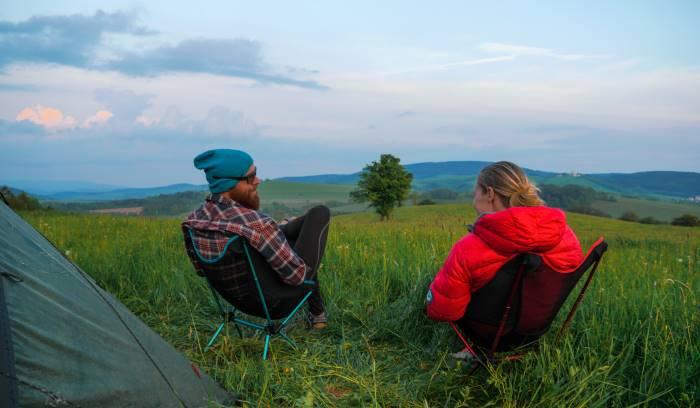 due campeggiatori con le loro sedie da campeggio